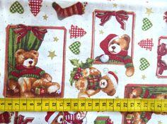 Kerst - Katoenen stof met een print van kerstbeertjes, cadeautjes, kerstboompjes, ... op een lichtbeige achtergrond (mooier dan op de foto)
