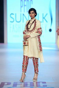 Like the idea of floral pants to wear with tees or kurtis Indian Attire, Indian Wear, Indian Outfits, Indian Style, Indian Clothes, Desi Wear, Asian Fashion, Latest Fashion, Punjabi Fashion