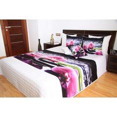 Bílý přehoz na postel s motivem růžové orchideje a svíček - dumdekorace.cz