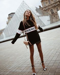 black and white Givenchy crew-neck long-sleeved mini dress and black heels outfit. Looks Street Style, Looks Style, Looks Cool, My Style, Look Fashion, Winter Fashion, Womens Fashion, Fashion Tips, Fashion Trends
