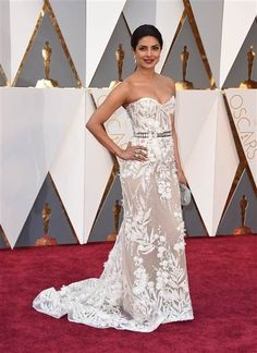 Priyanka Chopra wears Zuhair Murad on the Oscars 2016 Red Carpet Pink Carpet, Red Carpet Looks, Brown Carpet, Black Carpet, Priyanka Chopra Oscars, Robes D'oscar, Oscar Dresses, Gowns Of Elegance, Celebrity Dresses
