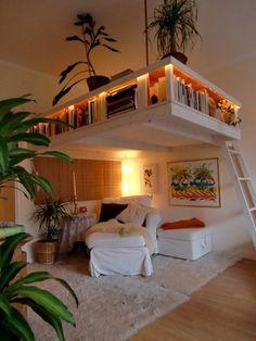 Platsbyggt sängloft med belysta hyllor.