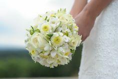 Brautstrauss ganz in creme mit Rosen und verschiedenen Blüten