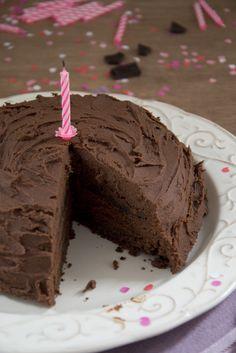 Deze ouderwetse chocoladetaart is vrij eenvoudig. Voor Nigella is deze taart de essentie van wat een chocoladetaart zou moeten zijn: smeltend, weelderig en uitstekend voor je humeur. Deze taart ziet er perfect uit, smaakt perfect, en heeft een smeltend gladde lichtheid. Erg chocoladeachtig. Maar niet te machtig. Én deze taart is praktisch net zo makkelijk te maken als een taart dat uit een mix-pakje komt. Maar veel lekkerder natuurlijk. Ideaal dus.