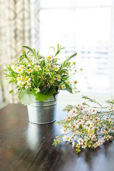 Sencillos centros de mesa que puedes tener con cubetas galvanizadas y unas flores. #CentrosDeMesaCali