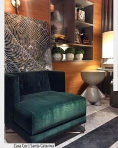 Sim, o verde escuro já é a grande tendência do decor este ano! Assim como o veludo, que voltou com tudo! Ambiente da Casa Cor SC 2017. decoração detalhe poltrona tapete listrado luxo sala de estar living room contemporâneo