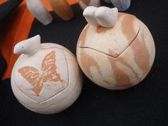 Potes/Caixas - Passarinho e Borboleta, Casal Passarinho. Em cerâmica e nerikomi. www.artbydarlene.elo7.com.br