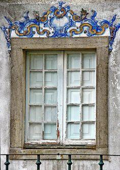 Janela decorada com azulejos - Sintra