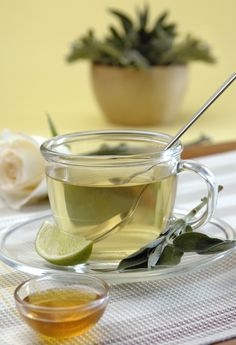 Learn how certain teas can help you reduce belly fat and maintain a healthy body weight. Detox Drinks, Healthy Drinks, Healthy Tips, Healthy Recipes, Salvia, Colon Irritable, Bebidas Detox, Nutrition, Abdominal Fat