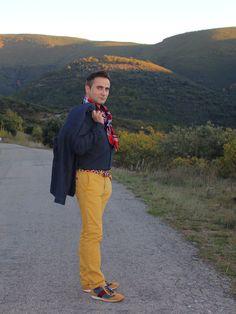 outfit en tonos mostaza, azul y rojo con sneakers de addictia.es . Más fotos del look en mubete.com