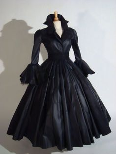 50's Dress, this is too cool. Imagine wearing it, wow!  https://www.facebook.com/ouiliviamoraes