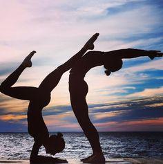 Le yoga à la mer des soeurs Kimberly et Cristen