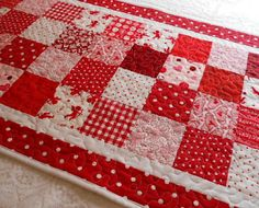 Sweet idea for a quilt, too. I love these colors. Table Runner And Placemats, Table Runner Pattern, Quilted Table Runners, Small Quilts, Mini Quilts, Quilting Projects, Sewing Projects, Red And White Quilts, Place Mats Quilted