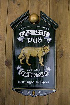 Handgemaakt bord. Ook de wolf is met de hand gesneden.RAWdecorations.com heeft het gemaakt.