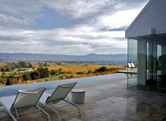 Location: Napa, California - Designed by Hugh Newell Jacobsen, this Napa hillside custom home entailed new construction of a single story home with exterior decks, terraces and driveway. Custom Home Designs, Custom Homes, Infinity Edge Pool, Infinity Pools, Barn House Design, Thing 1, Building Companies, House Landscape, Architect House