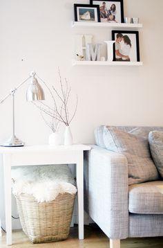 Ако имате място до прозореца, вместо да поръчате по-голям диван, който ще задръсти стаята, можете да изберете малка помощна масичка, която ще откриете колко полезна може да бъде