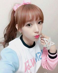 WJSN - Chéng Xiāo #성소 #程瀟 #청샤오 #입덕요정 selca 'MoMoMo' era Sketch Poses, Shenzhen China, Cheng Xiao, Korean Name, Cosmic Girls, Starship Entertainment, Seong, Cute Faces, Girl Group