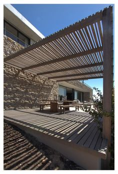 Pergola and terrace ideal for relaxation and epic views. Check out Hillside, a home located on the hills of Helderberg Mountains and beetween rolling vineyards in Stellenbosch, Western Cape, South Africa. Patio Roof, Pergola Patio, Pergola Plans, Backyard, Cheap Pergola, Pergola Designs, Patio Design, Exterior Design, Outdoor Spaces
