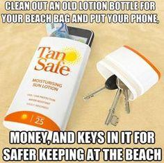 Nettoyez un vieux flacon d'écran solaire pour votre sac de plage et mettez-y votre téléphone, votre argent, vos clés pour être plus tranquille sur la plage