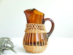 Pichet / cruche en verre ambré recouvert d'osier, années 60 1960 carafe vintage