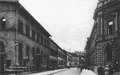 Theaterstraße (heute Karl-Marx-Straße) Neben dem Theater befindet sich heute die Buchhandlung Geschwister Schmidt.