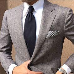 Acheter la tenue sur Lookastic: https://lookastic.fr/mode-homme/tenues/blazer-chemise-de-ville-cravate/19298 — Chemise de ville blanche — Cravate noir — Blazer gris — Montre argenté — Pochette de costume en pied-de-poule noire et blanche