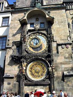 Reloj de Praga.- Checoslovaquia posee uno de los relojes más antiguos de Europa. Tanto que, constituyó uno de los objetivos de los turistas. Este reloj está considerado como una obra maestra de la artesanía medieval. Fue construído por el maestro Hanus, al que se privó luego de la vista -según leyenda muy extendida- para que pudiera fabricar otro semejante.