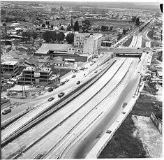 Construcción de los puentes de la calle 26 / Manuel H / 1962 / Colección Museo de Bogotá: MdB 11806 / Todos los derechos reservados Paris Skyline, New York Skyline, Cool Pictures, City, Travel, World, Bogota Colombia, Social Science, Bridges