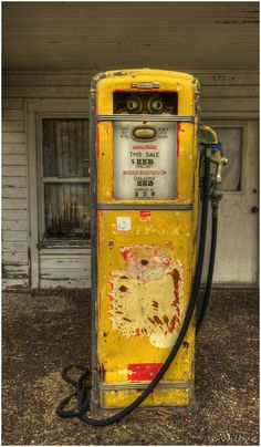 :-) This is 1 of the old gas Pumps used to fill vehicles~ Worked for Union Old Gas Pumps, Vintage Gas Pumps, Vintage Cars, Antique Cars, Station Essence, Pompe A Essence, Biker, Old Gas Stations, Filling Station