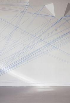 Sol LeWitt  Ik ben fan....ga naar het Stedelijk en onderga het effect van de grote wandschilderingmet gekleurde banen, horizontaal, verticaal en diagonaal.