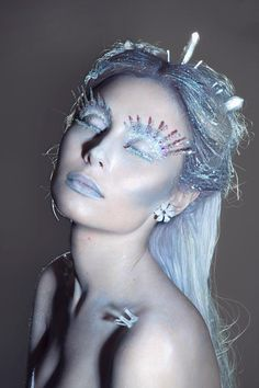 I really love this makeup. I think it has the ice Queen look and also looks alien. I like the colours used. I also like the colour of the hair.
