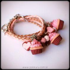 pulseira com mini cupcake de chocolate quente com sorvete de morango - pokkuru - doceria de bijoux