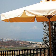 https://flic.kr/p/KFCp7V | Mojácar |          Mojácar es sin duda uno de los pueblos más bonitos de la costa de Almería. Situado en la cima de una montaña, al final de la Sierra Cabrera, Mojácar mira al mediterráneo desde una altura de 175 metros sobre el nivel del mar.  Esta población, desde el 2013, está incluida en la red de Pueblos más bonitos de España, y es que el laberinto de calles de casas blancas, con reminiscencias de arquitectura Mudéjar, es una de las visitas imprescindibles de…