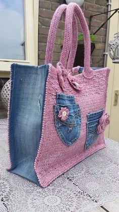 bolso tejido combinado con mezclilla.