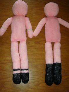 J'ai fait ce tuto pour les tricoteuses débutantes, pas d'augmentations ni de dimunitions, rien que du jersey, et un peu de couture pour assembler les morceaux. Mes premières poupées de laine était sur la base du modèle que je vous propose. 2 bras, 2 jambes,... Crochet Cake, Form Crochet, Knitted Dolls, Baby Dolls, Free Pattern, Knitting Patterns, Projects To Try, Gloves, Toys