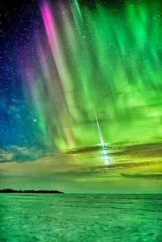 ✯ Spectacular Meteor streaking through Aurora Borealis over Manitoba, Canada. This image was winner in the Beauty of the Night Sky category for the 2013 International Earth and Sky Photo Contest. All Nature, Science And Nature, Amazing Nature, Beautiful Sky, Beautiful World, Beautiful Pictures, Aurora Borealis, Cosmos, Image Of The Day