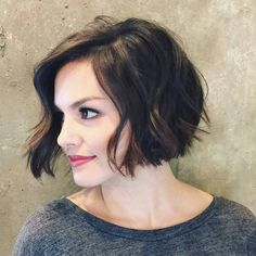 carré plongeant ondulé court dégradé brun coiffure femme brune