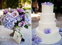 déco de mariage en lilas - bouquet d'hortensias et roses et gâteau blanc décoré de fleurs
