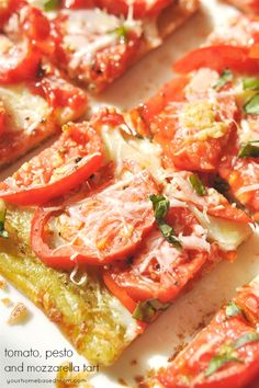 This tomato, pesto and mozzarella tart is the perfect way to use up fresh tomatoes from the garden. Pizza Recipes, Appetizer Recipes, Vegetarian Recipes, Appetizers, Cooking Recipes, Tomato Dishes, Vegetable Dishes, Quiches, Tomato Pesto