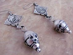 Pair of old Yemeni Bedouin earrings, handmade from recycled Maria Theresia Thalers | Design comes from the East of Yemen, the area of the Hadramaout.