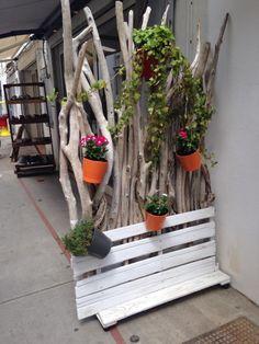 Pour une cloison naturelle il vous faudra : – Deux palettes – Du bois flotté – Des pots de fleur à suspendre