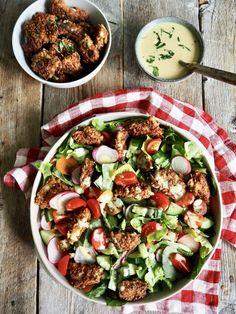 Sprøstekt kylling med salat og en kremet sennepsdressing Tex Mex, Cobb Salad, Salsa, Dinner Recipes, Food, Recipes, Meal, Salsa Music, Restaurant Salsa