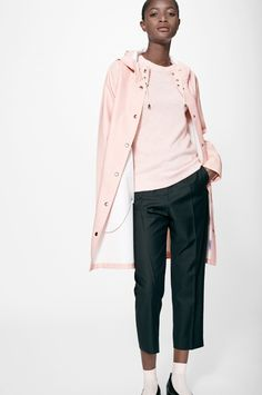 The Stutterheim Mosebacke Pale Pink raincoat is the women's A-line version of our iconic raincoat. This feminine model has a beautiful silhouette with a spacious cut. It is handmade in rubberized cotton, comes unlined, with double welded seams, snap closu