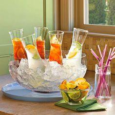 servir las bebidas con gusqui y un gugo de linon y radagas de limon