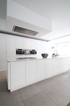 White and contemporary Interior Design And Construction, Shades Of White, Cuisines Design, Ikea Hack, Home Decor Inspiration, Kitchen Cabinets, Contemporary, Ideas Para, Gray Kitchens