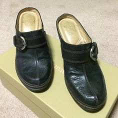 Black leather Drifter shoe Naturalizer Black leather Drifter. Silver buckle. Rarely worn- sole and heel excellent. Inside heel worn off. Size 61/2 W Naturalizer Shoes