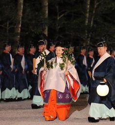 玉串を手に現正殿に向かう臨時祭主の黒田清子さん=2日夜、三重県伊勢市(代表撮影)