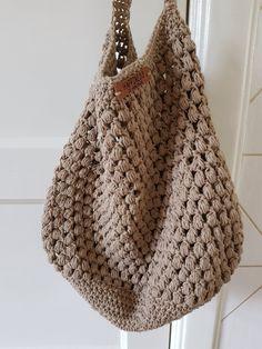 Stoere shopper haken - Happy Handmade living - Apocalypse Now And Then Crochet Handbags, Crochet Purses, Crochet Purse Patterns, Crochet Stitches, Knitted Bags, Knitted Blankets, Love Crochet, Diy Crochet, Crochet Market Bag