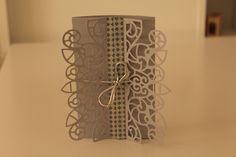 Tarjeta ventana 12.5x13cm 185g Color gris claro (personalizado) Texto: Contigo al fin del mundo (personalizado) Washi tape: azul y gris plateado Lazo gris plateado