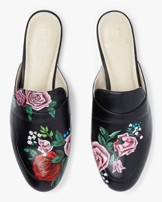 The mixed bouquet on this mule fuses several different blooms in a stunning rendition. Painted by Miami-based Cuban artist with a penchant for detail and florals, these pieces are an example of the detailed hand-painting that epitomizes the ALEPEL brand. Stylish Mens Fashion, Leather Fashion, Fashion Shoes, Womens Fashion, Denim Art, Hand Painted Shoes, Painting Leather, Biker Style, Leather Mules
